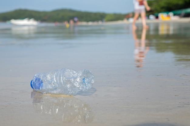 Concept pour la campagne de l'environnement. bouteille en plastique à la plage.