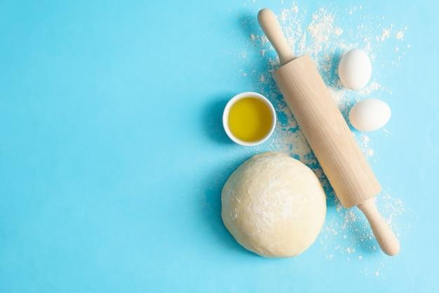 Concept pour la cuisson avec de la pâte sur fond bleu