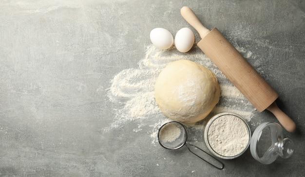 Concept pour la cuisson avec de la pâte sur fond gris