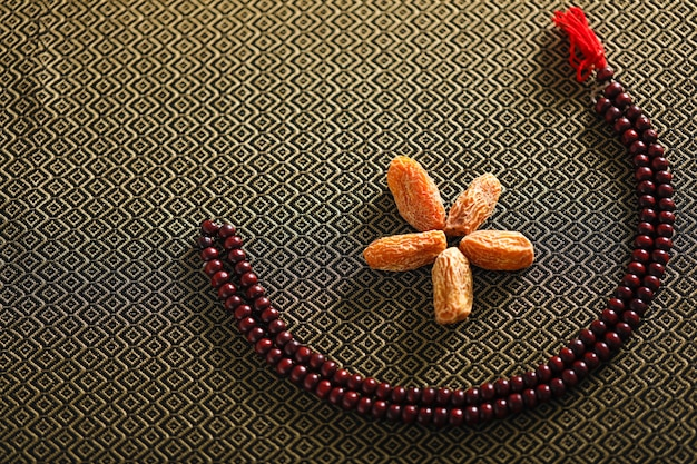 Concept pour le ramadan, fruits de date avec une prière islamique