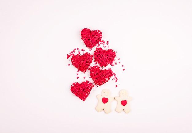 Concept pour les vacances de tous les amoureux, un lieu d'écriture, une vue d'en haut. coeurs, fond doux, cadeau, mains.
