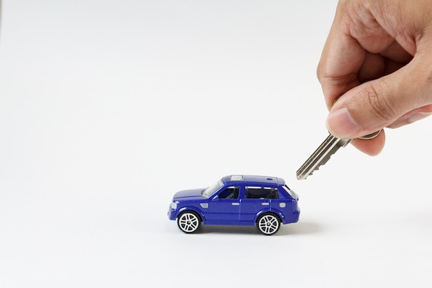 Concept pour la voiture et la sécurité , la voiture bleue jouet et la clé pour la sécurité.