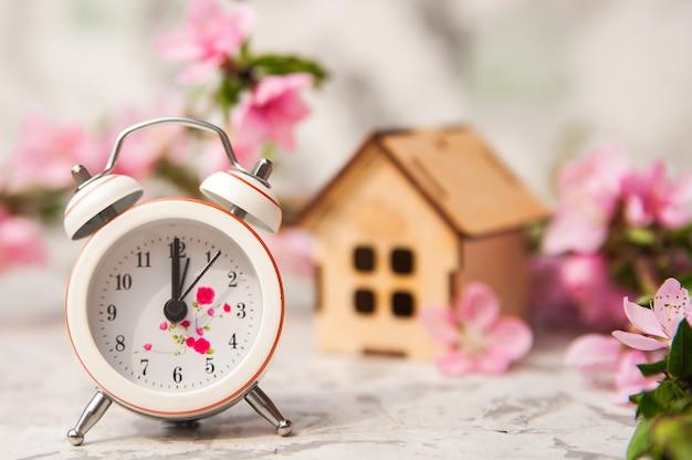 Le concept de précipitation, d'achat, d'échange, de retour à domicile et de temps.