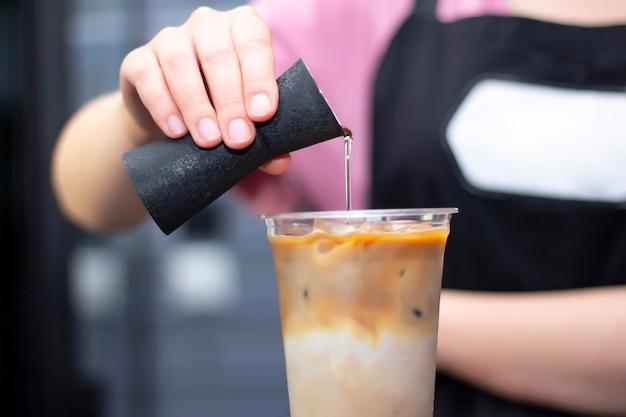Concept de préparation de café glacé
