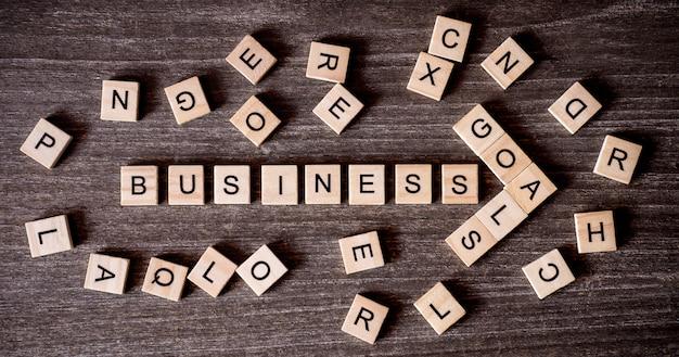 Concept présenté par mots croisés avec les mots succès de l'entreprise à l'objectif