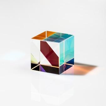 Concept de prisme transparent cubique et lumières