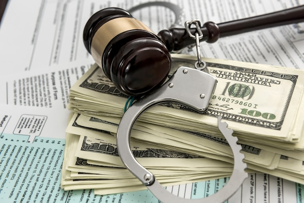 Le concept de problèmes avec la loi. les menottes de la police avec des menottes se trouvent sur le formulaire fiscal usa 1040