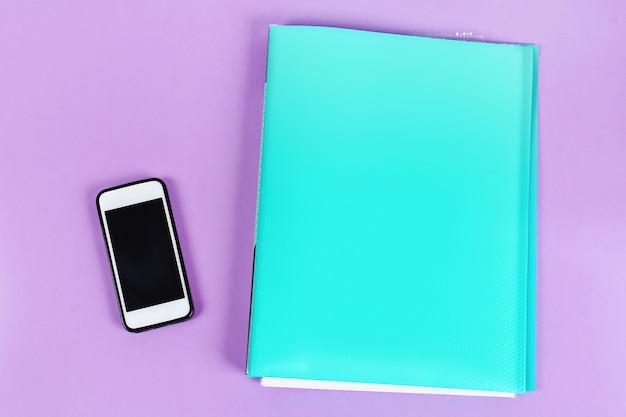 Concept de procrastination, de retard et d'urgence. le téléphone distrait des alertes du réseau social professionnel.