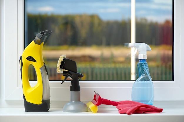 Concept de produit de nettoyage de rebord de fenêtre avec accessoires pour le lavage des fenêtres