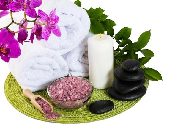Concept de produit de spa avec du sel de mer rose