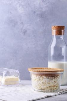 Concept de produits laitiers sur une bouteille grise de lait cottage fromage et beurre
