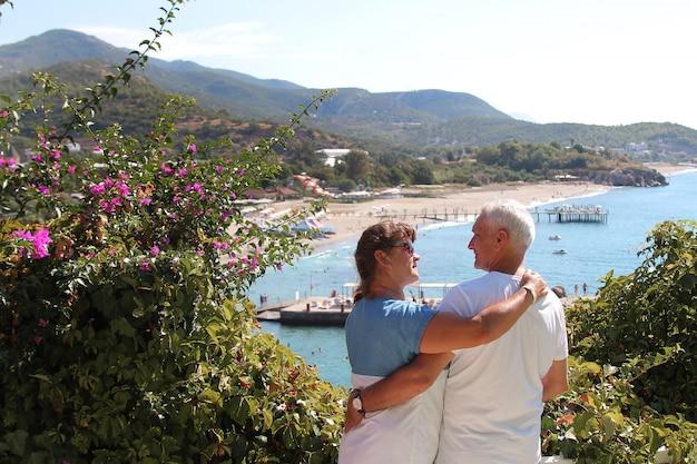 Le concept d'une promenade romantique. un couple amoureux se tenant la main.