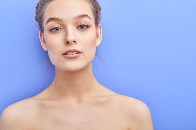 Concept de propreté de la peau tendre attrayant jolie femme torse nu posant