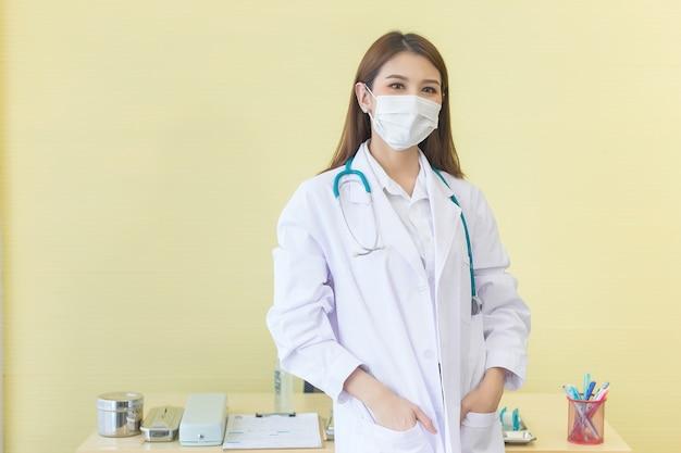 Concept de protection contre les coronavirus une femme médecin asiatique debout avec pickpocket