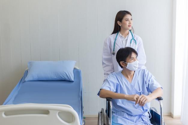 Concept de protection contre les coronavirus femme médecin asiatique parlant avec un patient homme qui porte un masque facial
