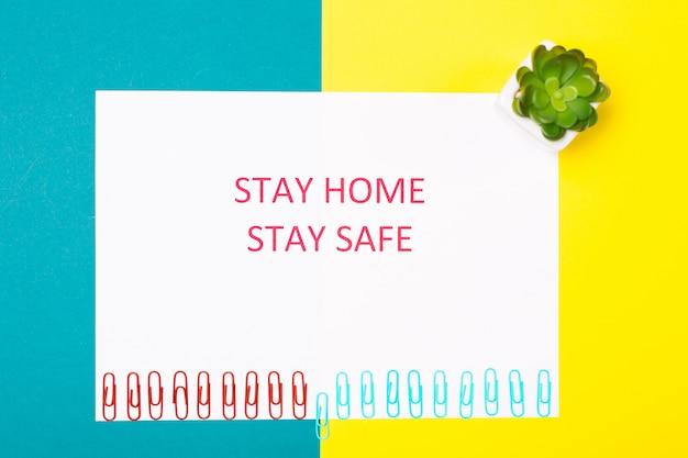 Concept de protection contre la pandémie de coronavirus. les mots restent à la maison. concept minimal. restez en sécurité, comment empêcher le coronavirus de se propager. libellé de la distance sociale.