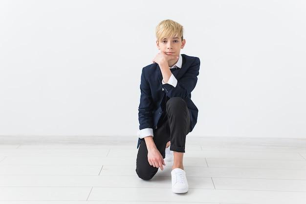 Concept de puberté - portrait d'adolescent sur fond blanc avec espace de copie.