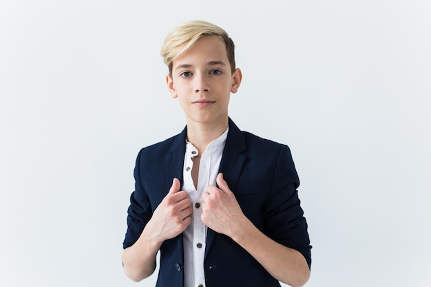 Concept de puberté - portrait d'adolescent sur fond blanc.