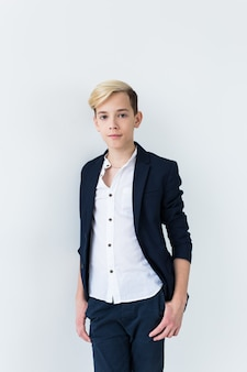 Concept de puberté - portrait d'adolescent sur une surface blanche.