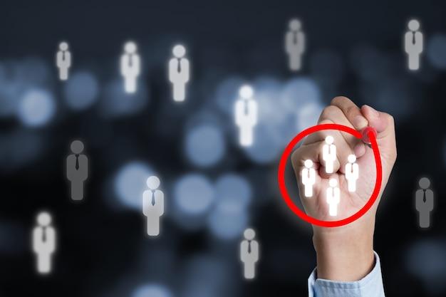 Concept de public cible marketing avec homme d'affaires écrivant un cercle rouge pour marquer le groupe de discussion