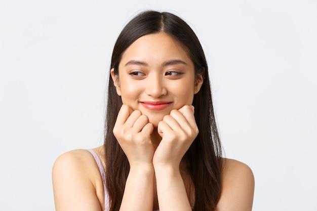 Concept de publicité de produits de beauté, de mode et de maquillage. portrait de gros plan d'adorable femme asiatique romantique