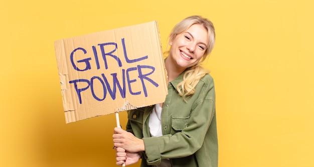 Concept de puissance fille blonde jolie femme