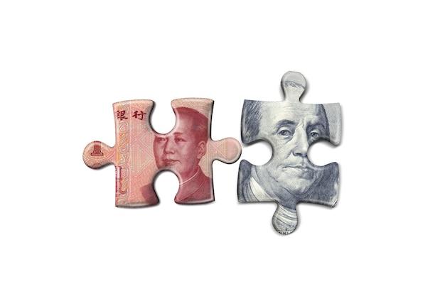 Concept de puzzle de monnaie d'argent isolé sur fond blanc