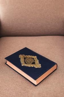 Concept de ramadan avec coran sur canapé