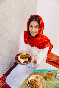 Concept de ramadan avec femme recevant de la nourriture
