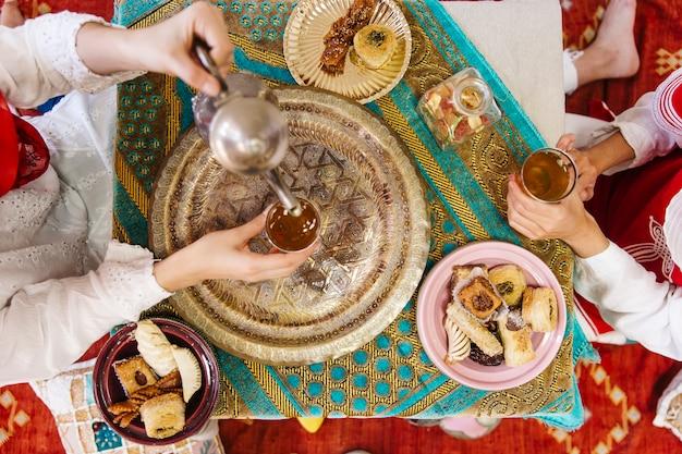 Concept de ramadan avec de la nourriture et té