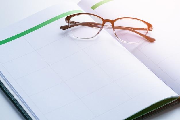 Concept de rappel d'entreprise avec carnet de rendez-vous, lunettes