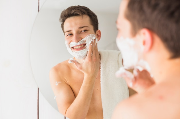 Concept de rasage avec homme séduisant