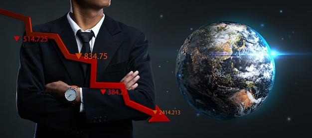 Concept de récession mondiale. homme d'affaires asiatique bras croisés