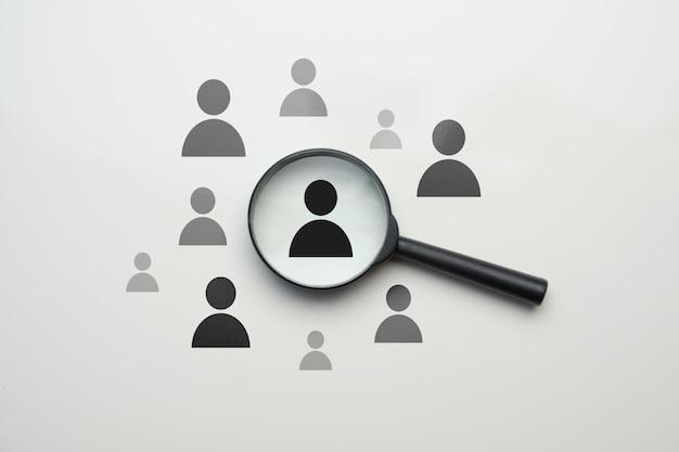 Concept de recherche des employés rh - loupe avec employé abstrait sur un espace blanc.