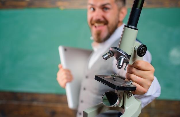 Concept de recherche scientifique en sciences de l'éducation retour à l'école étudiant heureux avec ordinateur portable et