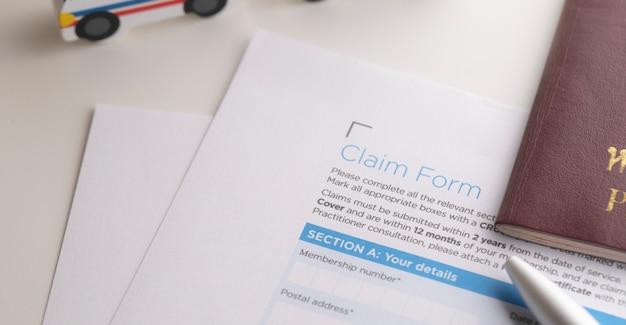 Concept de réclamation d'assurance avec stylo et passeport