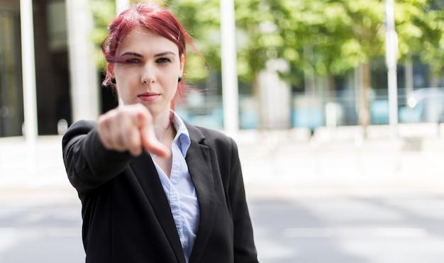 Concept de recrutement de jeune femme d'affaires