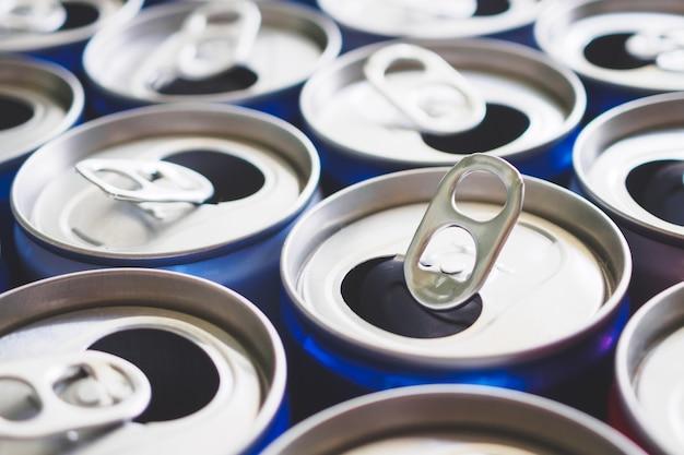 Concept de recyclage de canettes de boisson en aluminium vides