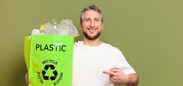 Concept de recyclage de l'homme d'âge moyen