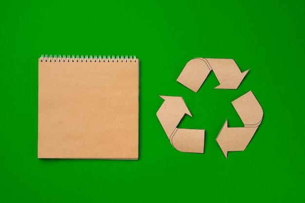 Concept de recyclage de papier sur la vue de dessus de fond vert