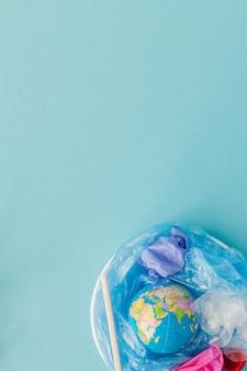 Le concept de réduction de l'utilisation des sacs en plastique: les globes modélisés sont coulés dans de nombreux sacs en plastique blancs. cela signifie que les sacs en plastique sont sur le point de déborder le monde