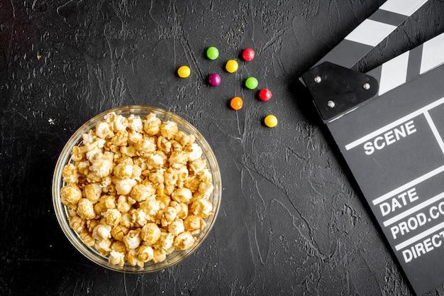 Concept de regarder des films avec du pop-corn
