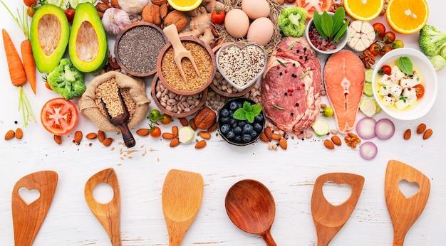 Concept de régime cétogène à faible teneur en glucides. ingrédients pour la sélection d'aliments sains mis en place sur un fond en bois blanc.