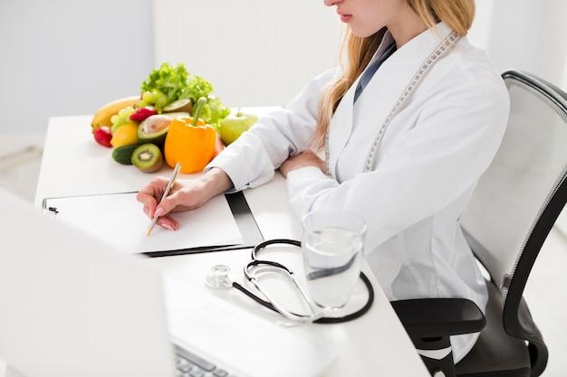 Concept de régime avec femme scientifique et une alimentation saine