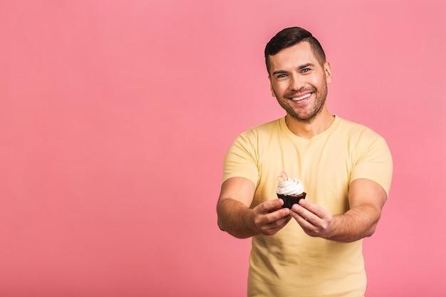 Concept de régime heureux homme barbu souriant, manger un gâteau au chocolat