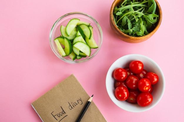 Concept de régime. légumes et journal alimentaire