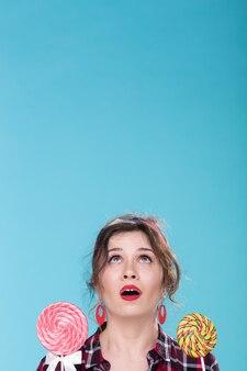 Concept de régime et de malbouffe - pin-up woman looking up on copy space
