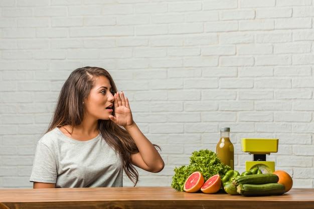 Concept de régime. portrait d'une jeune femme latine en bonne santé chuchotant une rumeur de potins
