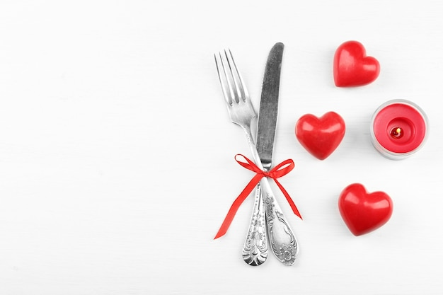 Concept de réglage de table de fête pour la saint valentin à la lumière