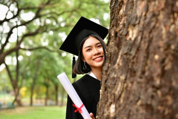 Concept de remise des diplômes. étudiants diplômés le jour de la remise des diplômes.